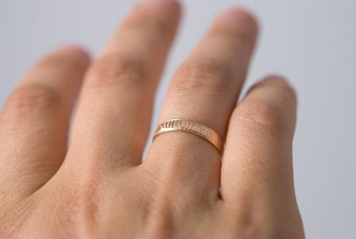 Обручальное кольцо 4 мм фото на руке