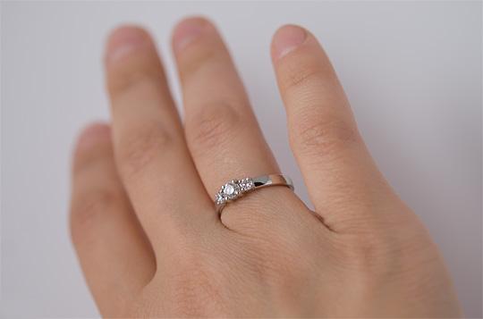 кольцо на руке с бриллиантом фото